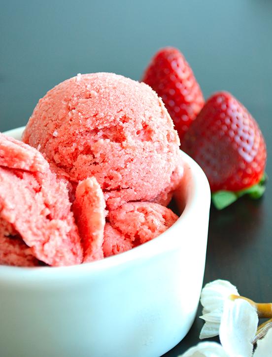 Helado casero de fresas y yogurt